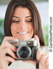 jeune femme, regarder appareil-photo