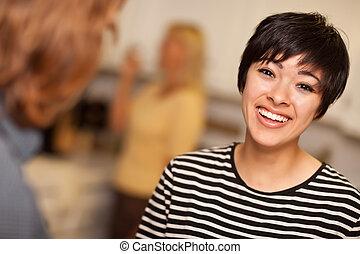jeune femme, rire, socialiser