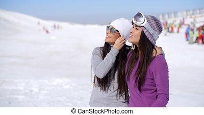 jeune femme, rire, vacances hiver
