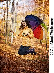 jeune femme, sauter, pendant, les, jour pluvieux, à, automne
