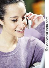 jeune, femme souriante, téléphone