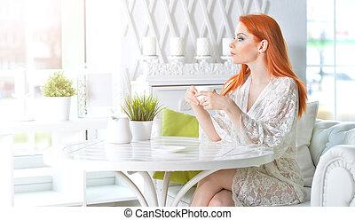 jeune femme, tenue, tasse blanche, maison, beau