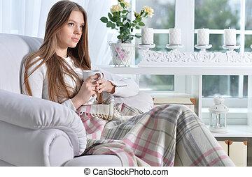 jeune femme, thé, boire