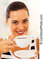 jeune femme, thé buvant