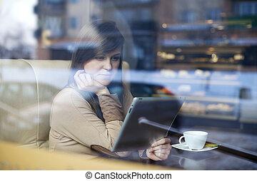 jeune femme, utilisation, tablette, dans, café-restaurant