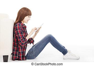 jeune femme, utilisation, tablette, et, séance terre