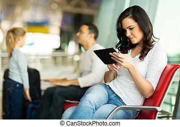 jeune femme, utilisation, tablette, informatique, à, aéroport
