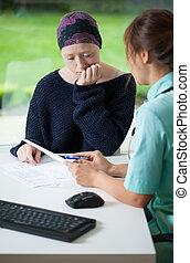 jeune femme, visiter, cancer, docteur