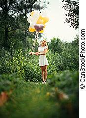jeune fille, à, ballons, sur, nature, fond