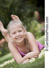 jeune fille, à, pommes, dans jardin