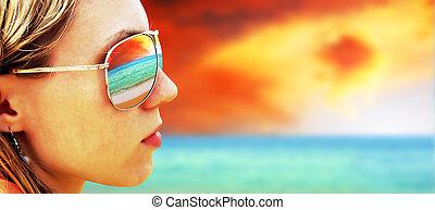 jeune fille, dans, lunettes, est, regarder, les, exotique, soleil, plage