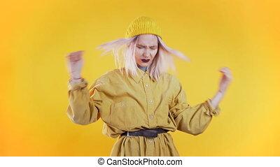 jeune fille, ennui, isolé, rose, mains, cheveux, concept, problèmes, portrait., femme, arrière-plan., tête, jaune, mettre, désordre, studio