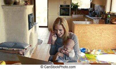 jeune, fils, téléphone, bras, mère, confection, call.