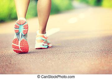 jeune, fitness, femme, randonneur, jambes
