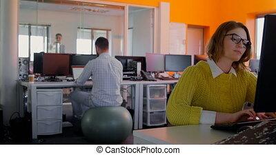 jeune, fonctionnement, moderne, caucasien, bureau, pc bureau, cadre, femme, 4k, bureau