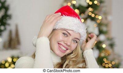 jeune, fond, femme, chandail, chapeau, arbre, blonds, sourire, santa, noël, beau
