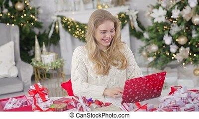 jeune, fond, ligne, utilisation, femme, blonds, achats, ordinateur portable, joli, contre, noël
