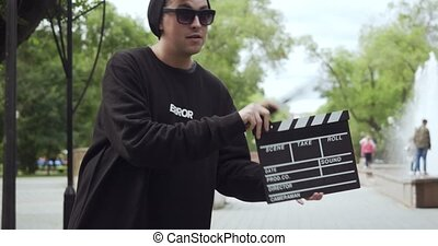 jeune, frame., feuilles, apparaît, homme, clapperboard
