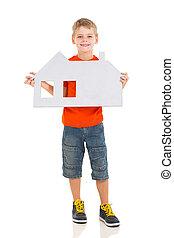 jeune garçon, tenue, blanc, papier, maison