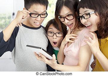 jeune, groupe, utilisation, pc tablette, et, surpris