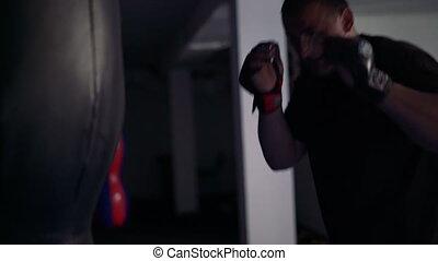 jeune, gym., boxeur, 4k, trains, frapper, bag-, mannikin