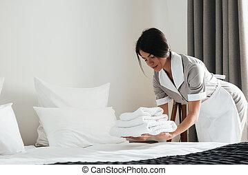 jeune, hôtel, bonne, mettre, pile, de, frais, blanc, bain,...