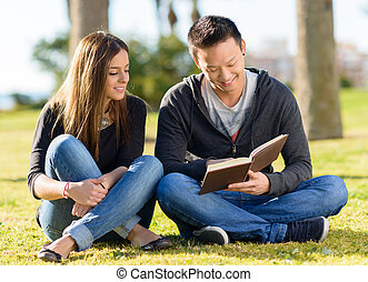 jeune, heureux, étudiant, étudier