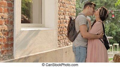 jeune, home., caresser, femme, baisers, rue, homme, couple