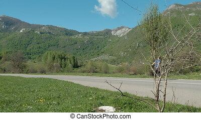jeune homme, équitation, longboard, sur, route pays, sur, jour été, outdoors.
