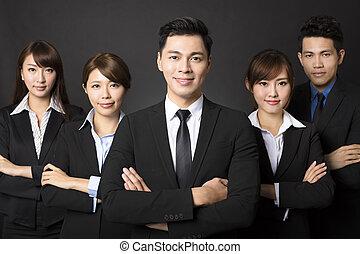jeune, homme affaires, à, réussi, equipe affaires