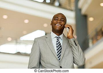 jeune, homme affaires, conversation, sur, intelligent, téléphone, dans, bureau