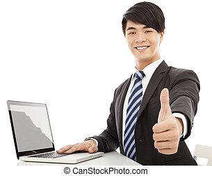 jeune, homme affaires, pouce haut, à, ordinateur portable