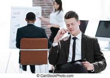 jeune, homme affaires, préparer, pour, a, présentation affaires