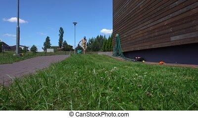 jeune homme, backyard., gimbal, métier, mouvement, fauchage, ouvrier, lawn., sien