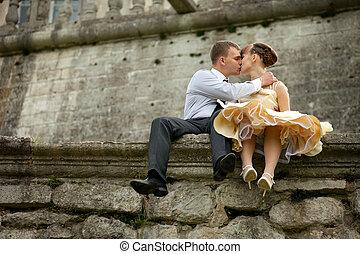 jeune homme, baisers, a, femme, dans, soir, hown, séance, sur, les, pierre