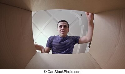 jeune homme, carton, surpris, boîte, ouverture