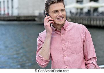 jeune homme, conversation, sur, les, téléphone portable