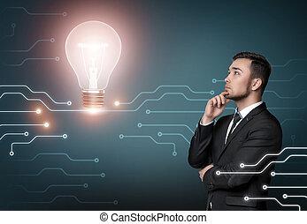 jeune homme, dans, costume, pensée, sur, idée, sur, mur concret, arrière-plan., briller, lumière, bulb., concept affaires