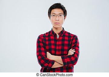 jeune homme, dans, désinvolte, chemise, debout, à, bras croisés