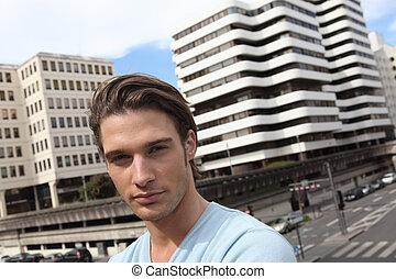 jeune homme, dans ville