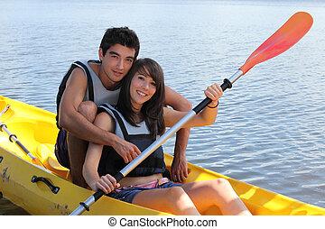 jeune homme, et, femme, faire, canoë, sur, a, lac