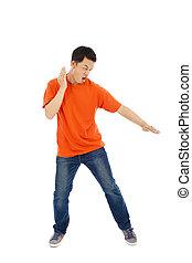 jeune homme, imiter, a, karaté, expert, à, baston, position