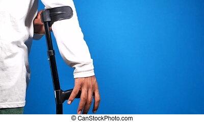 jeune homme, jambe, crutches., cassé