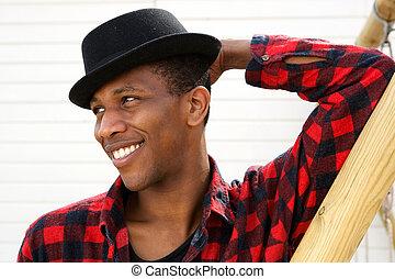 jeune homme noir, chapeau, sourire