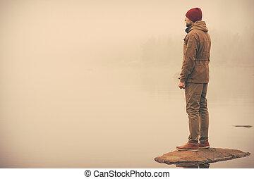 jeune homme, placer seul, extérieur, à, brumeux, scandinave,...