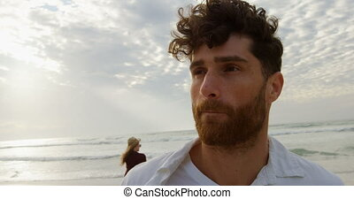 jeune homme, plage, caucasien, vue, debout, jour, 4k, devant, ensoleillé