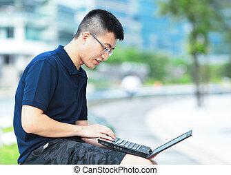 jeune homme, portable utilisation, extérieur