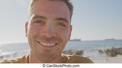jeune homme, portrait, plage, sourire