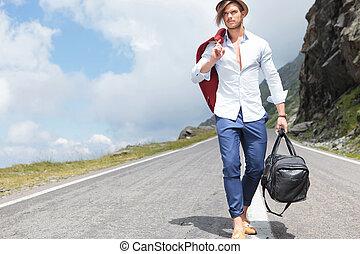 jeune homme, promenades, bas, les, route