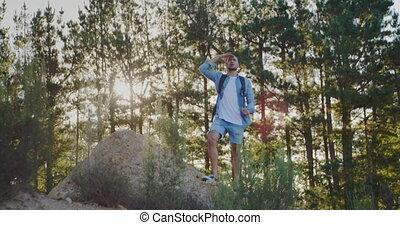 jeune homme, randonnée, campagne